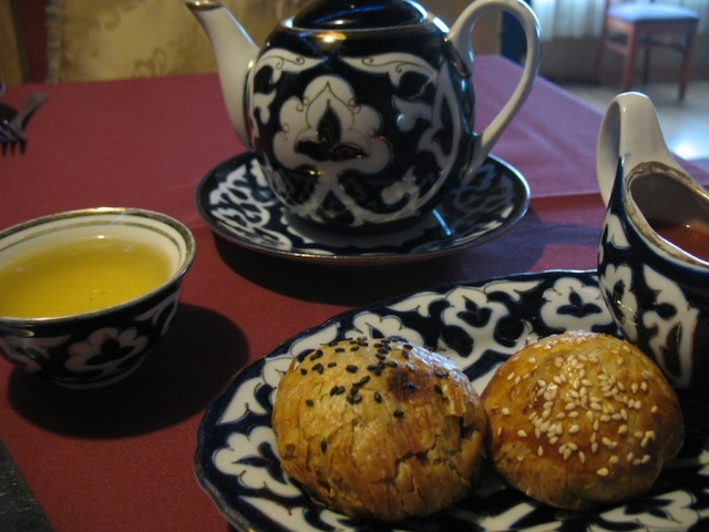Uzbek tea with samsa: pumpkin and beef varieties